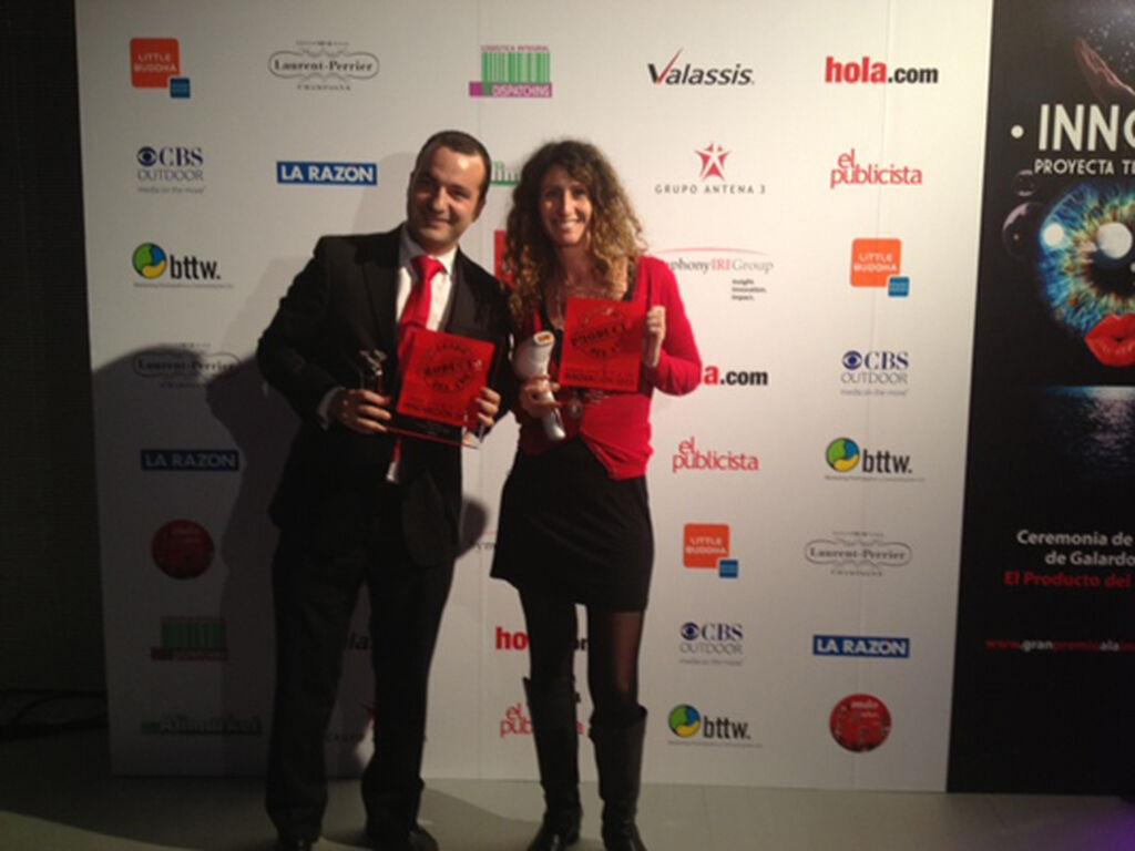 Enrique Sánchez y Teresa Pérez Bellón, de Philips. Premios a SensoTouch 3D (Afeitado) y Lumea Precision Plus (Depilación)