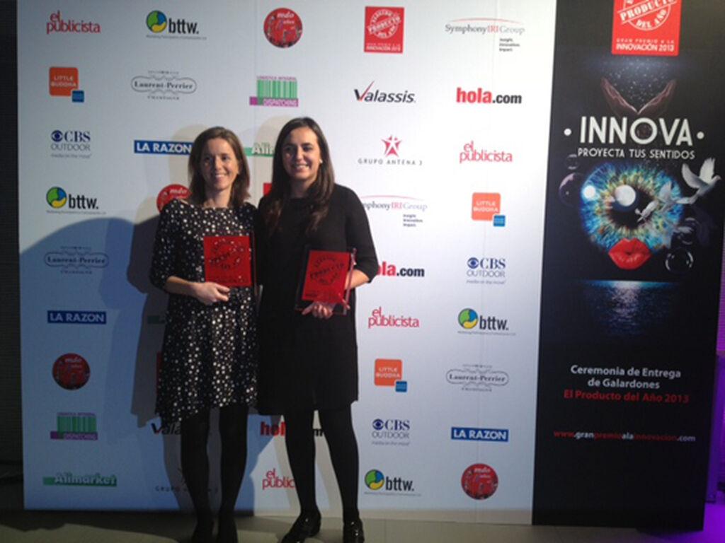 Laura Fernández y Carlota Molina, de Laboratorios Hartmann. Premios a Cosmopor Waterproof (Apósitos) y DermActive (1os Auxilios)