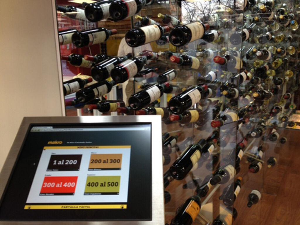 Pantalla táctil para seleccionar vinos en la planta superior