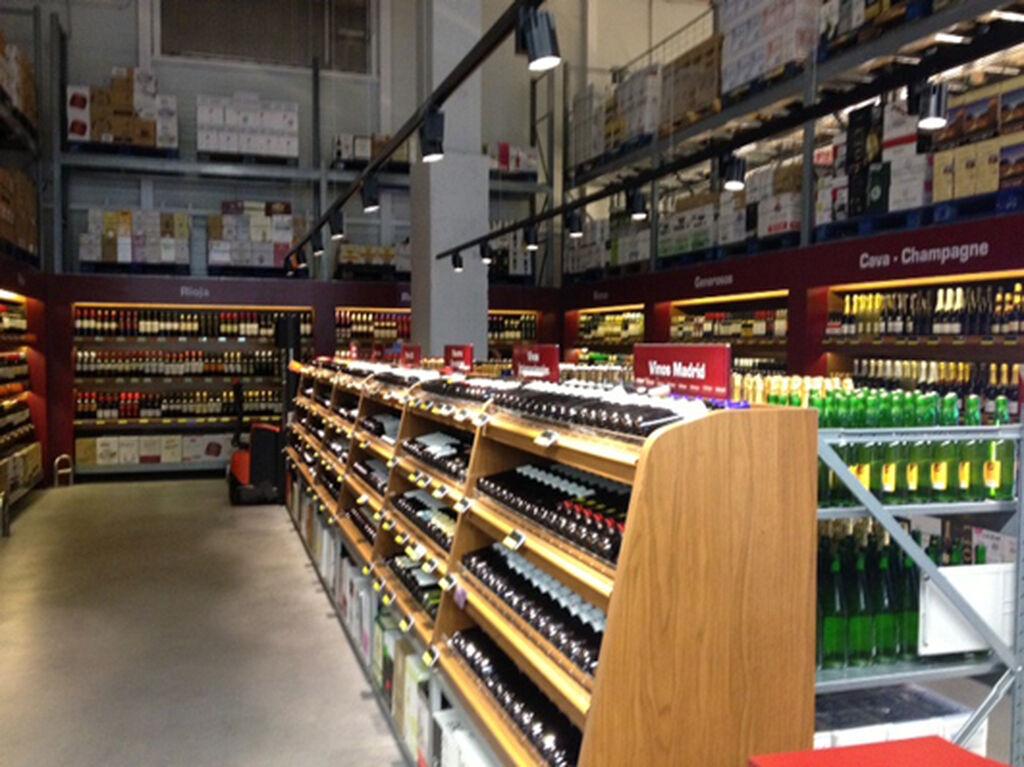 Sección de vinos de Makro City en la parte baja. En la planta 1 también existe un área más selecta.