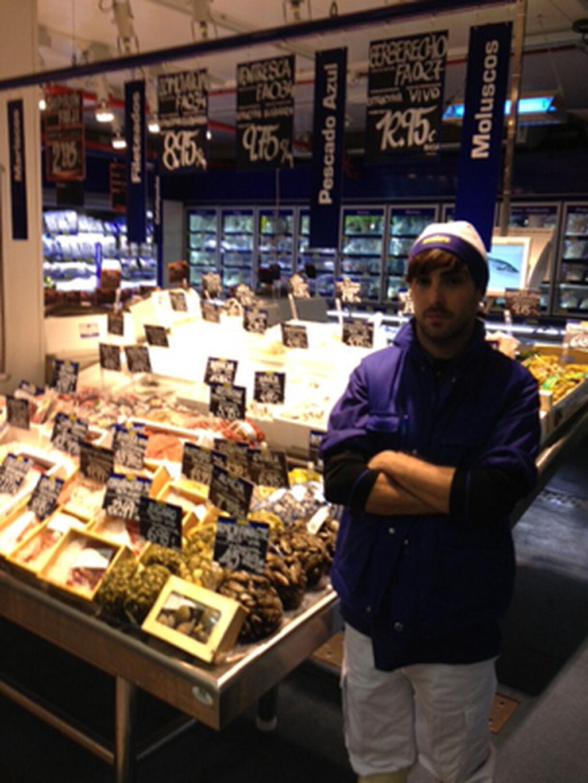 El pescadero, al pie de la sección, con su propio uniforme azul