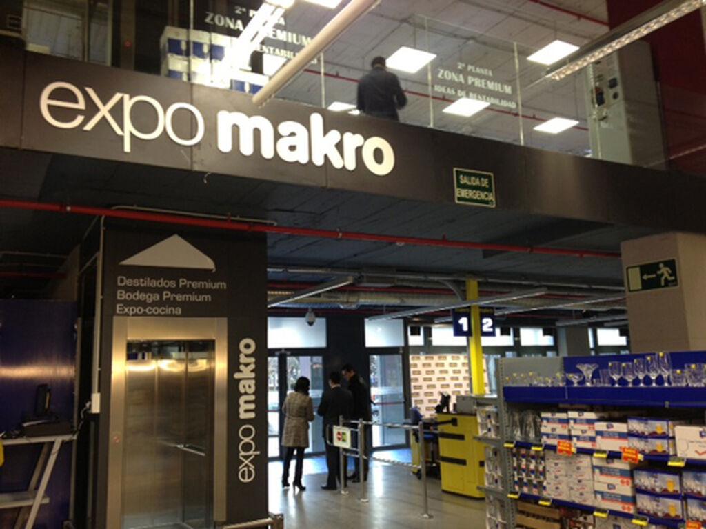 En la planta superior se encuentra una exposición de productos selectos, sobre todo de bebidas, y una sección de cocinas