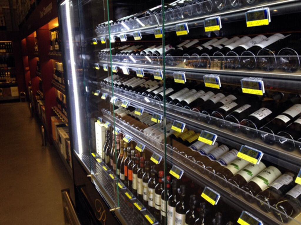 Otra vista de los vinos, en la planta baja de la tienda