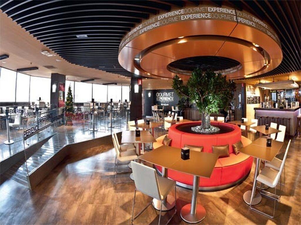 Gourmet Experience Gran Vía agrupa 11 establecimientos y una tienda de productos premium, con zona de degustación y cafetería