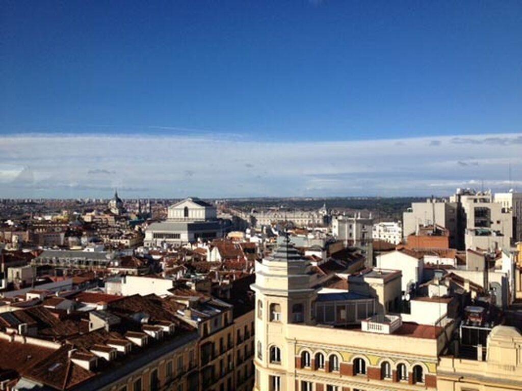 El Palacio Real, el Teatro Real y la Catedral de la Almudena, mientras tomas un café