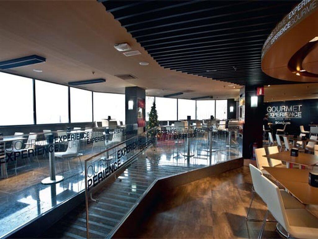 La zona de cafetería, con sus excelentes vistas del centro de Madrid