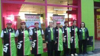 Los empleados de El Árbol lucen nuevo uniforme