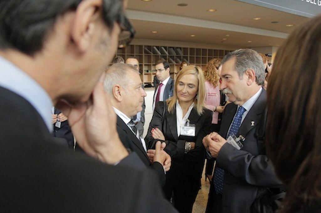 Josep Mª Lloreda (KH Lloreda) y Constan Dacosta (ex Eroski) hablan animadamente. En medio, Eva M. Ugarte, dtora. cial. de Eroski