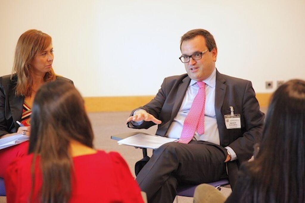 Siempre afable Ignacio González, CEO de Campofrío, habla con los periodistas