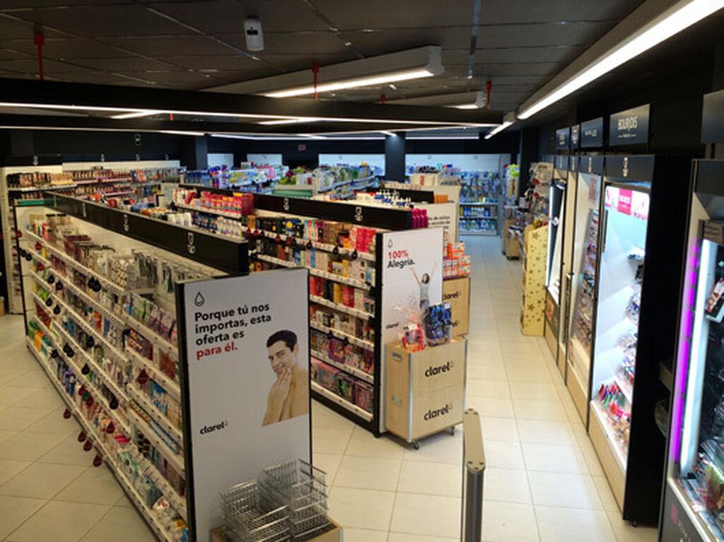 Panorámica de la tienda desde la entrada. Lo primero que se ve, la cosmética y el cuidado personal