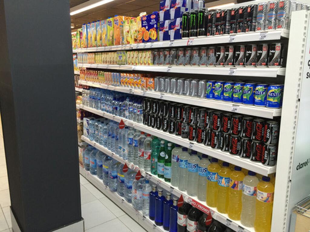 Zona de bebidas, en el mismo pasillo que la alimentación