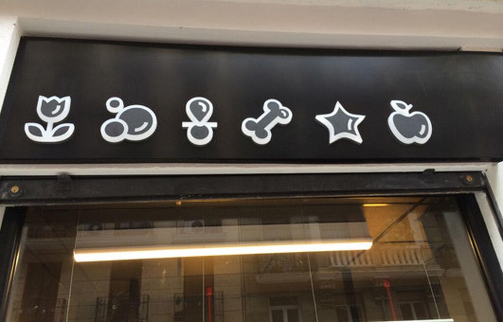 Sobre el escaparate, nos parecen muy logrados los iconos que identifican el surtido de la tienda