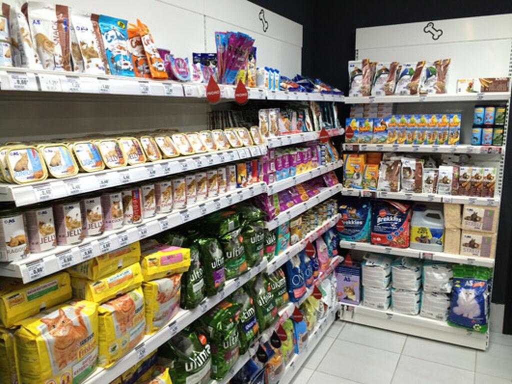 En el fondo izquierda de la tienda, un gran área de pet food