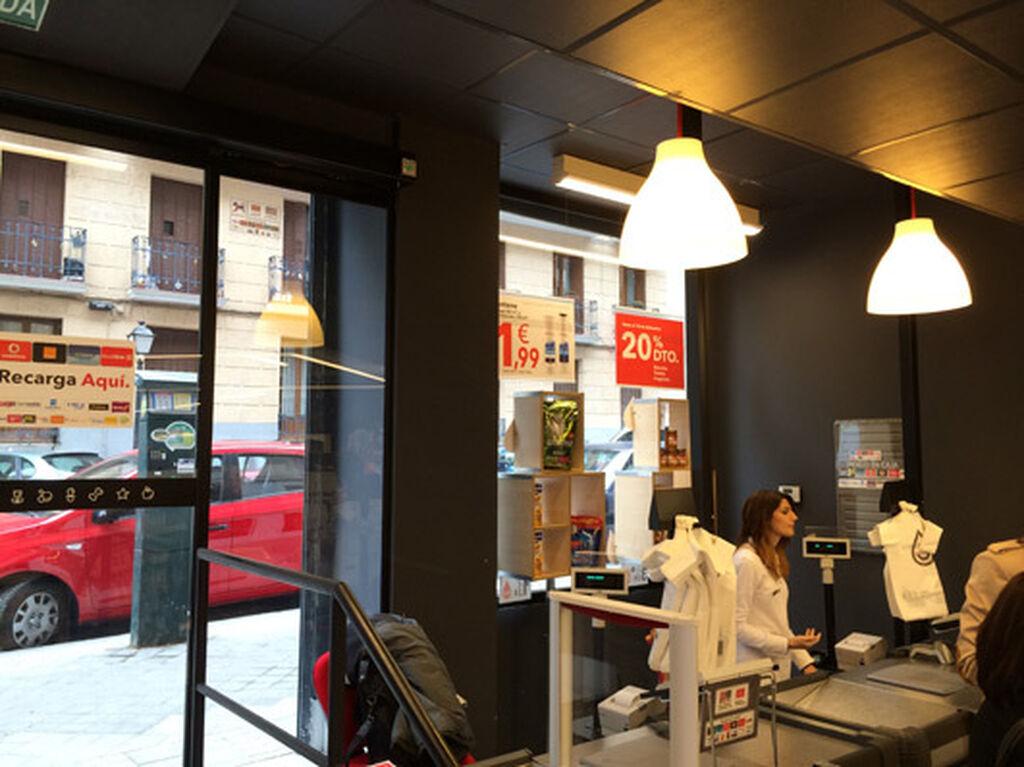 La zona de caja, con moderna iluminación, más propia de una perfumería o una boutique