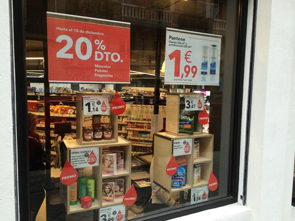Pero no podían faltar en el escaparate el rojo de DIA y las promociones. No vaya a parecer que es una tienda cara...