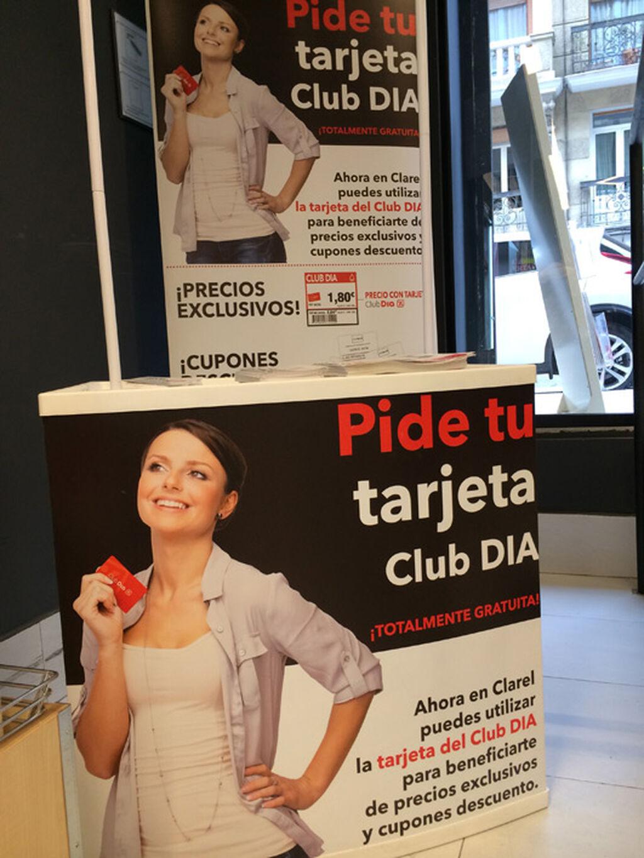 La tarjeta de fidelización Club Dia, promocionada en la entrada de la tienda