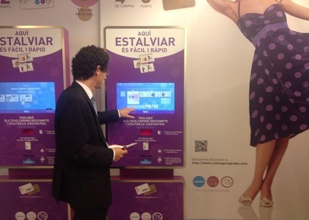Alberto Ojinaga prueba una de las innovaciones, el Kiosko