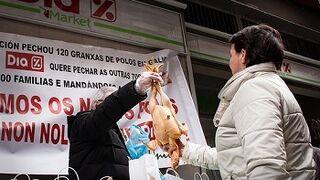 Upa regala pollos a las puertas de tiendas Dia para evitar su venta a pérdida