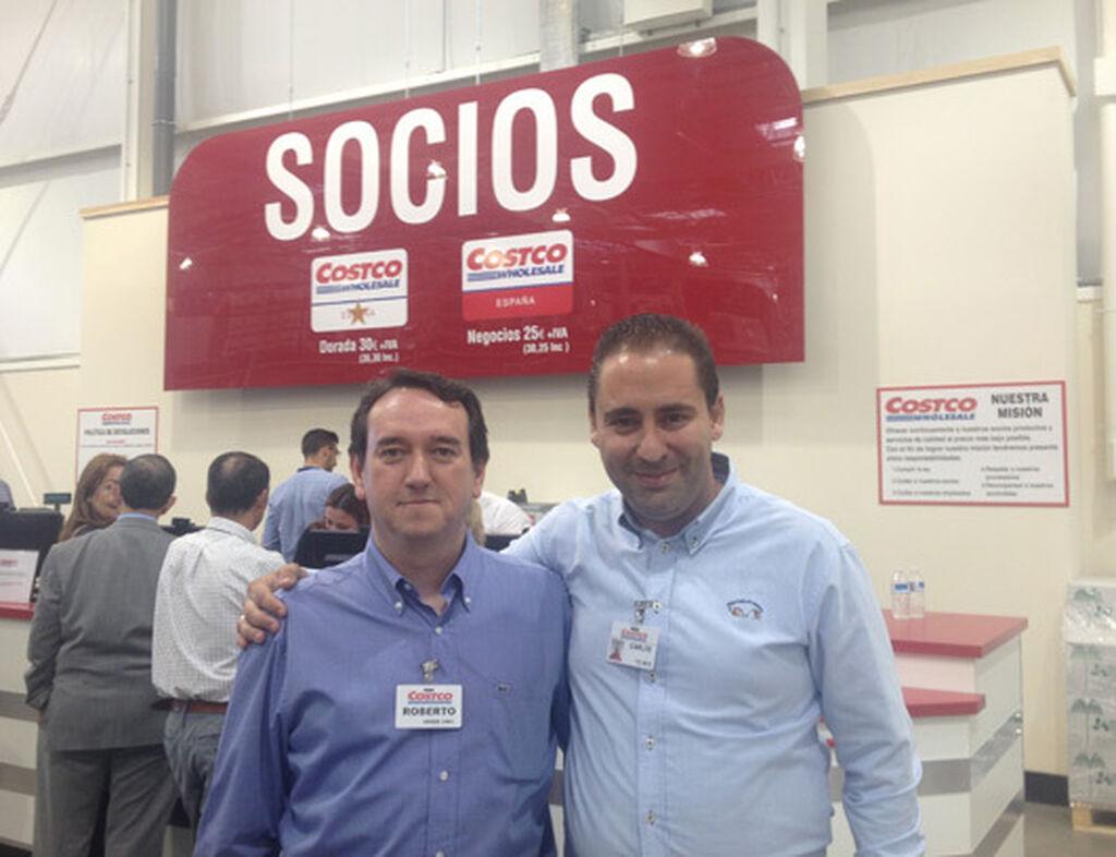 Roberto Cabrera, con Carlos Amaro, gerente de Marketing de Costco Sevilla