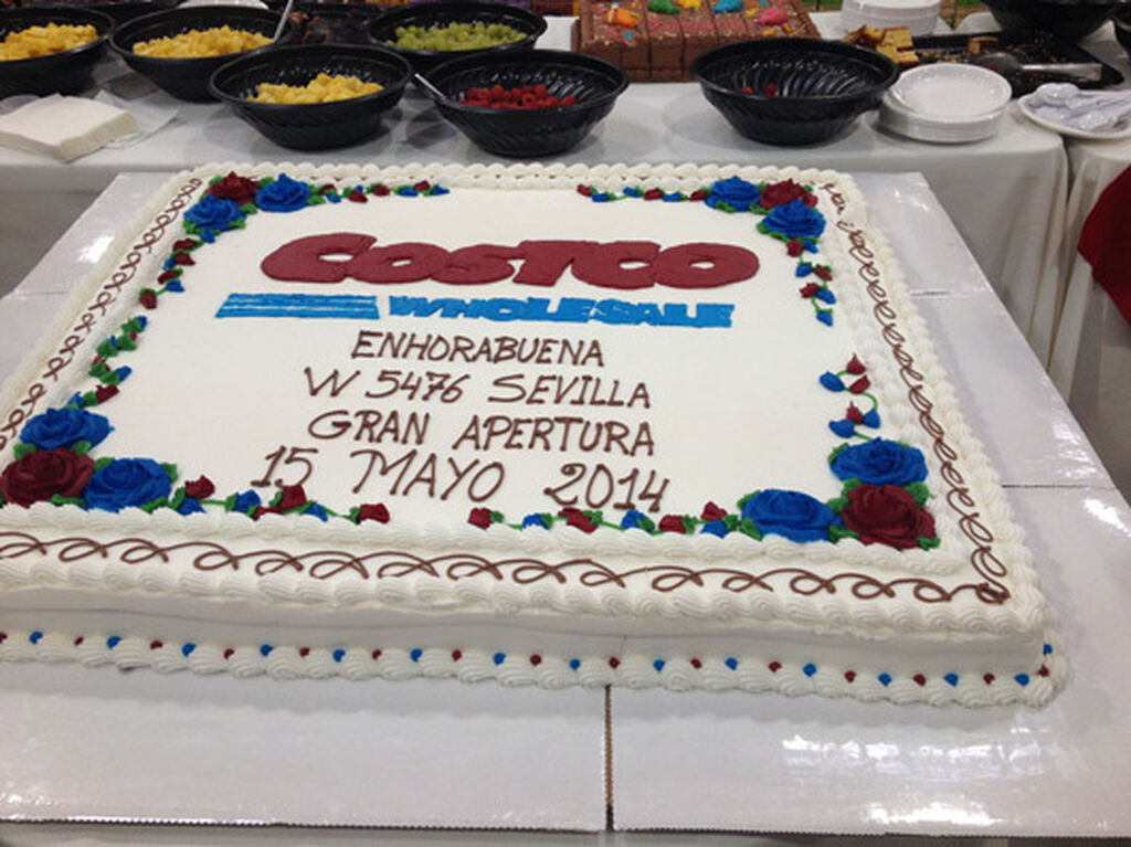 No faltó ni la tarta para celebrar la apertura de Costco Sevilla