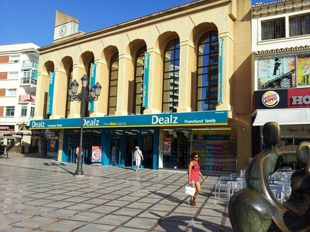 Primer plano de la fachada de Dealz