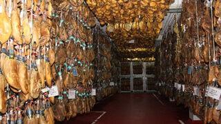 Dompal atesora la bodega de jamones más grande de Madrid