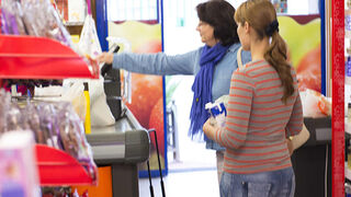 La confianza del consumidor bajó dos puntos a finales de 2014