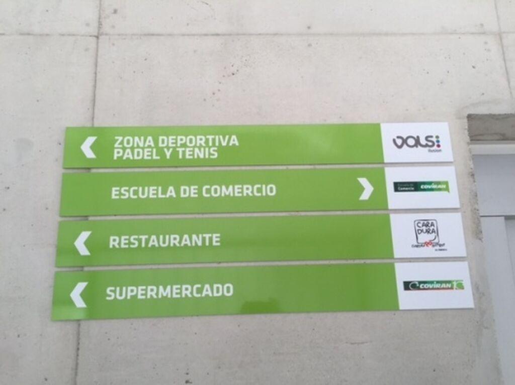 Además de la Escuela Covirán, la Plaza de la Ilusión cuenta con zona deportiva de pádel y tenis, restaurante y supermercado