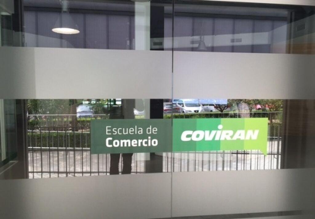 Entrada a la Escuela de Comercio Covirán. Este espacio tiene una superficie de 800 metros cuadrados
