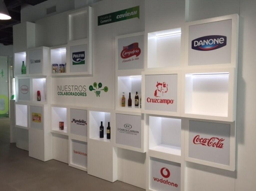 Muro con la red de proveedores de Covirán. La cooperativa les cede las instalaciones para sus reuniones con socios y clientes