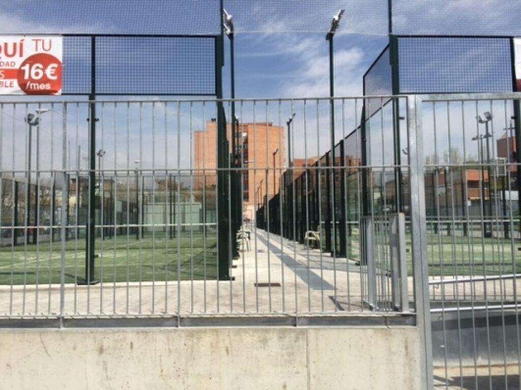 Zona deportiva con campos de padel de accesibilidad universal. Disponen de precios especiales para socios