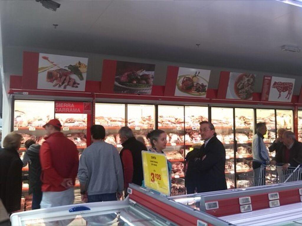 Numerosos clientes en la zona de carnicería