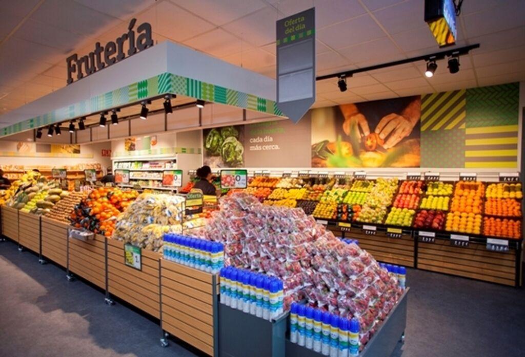 La fruta y la verdura también ocupan un lugar de referencia en esta tienda