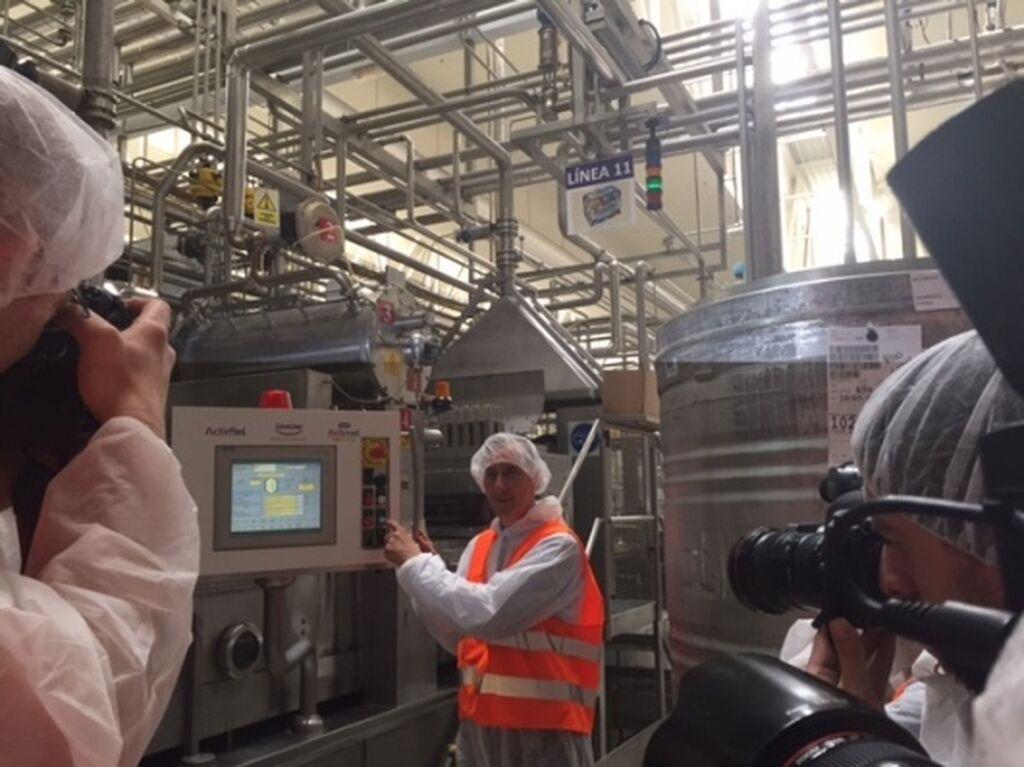 Jérôme Boesch, consejero delegado del grupo, iniciando la fabricación del Actimel Pro-Vital