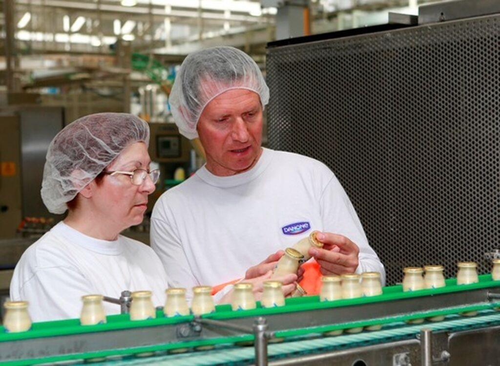 Operarios de la fábrica revisando que el producto cumpla con todos los requisitos de calidad