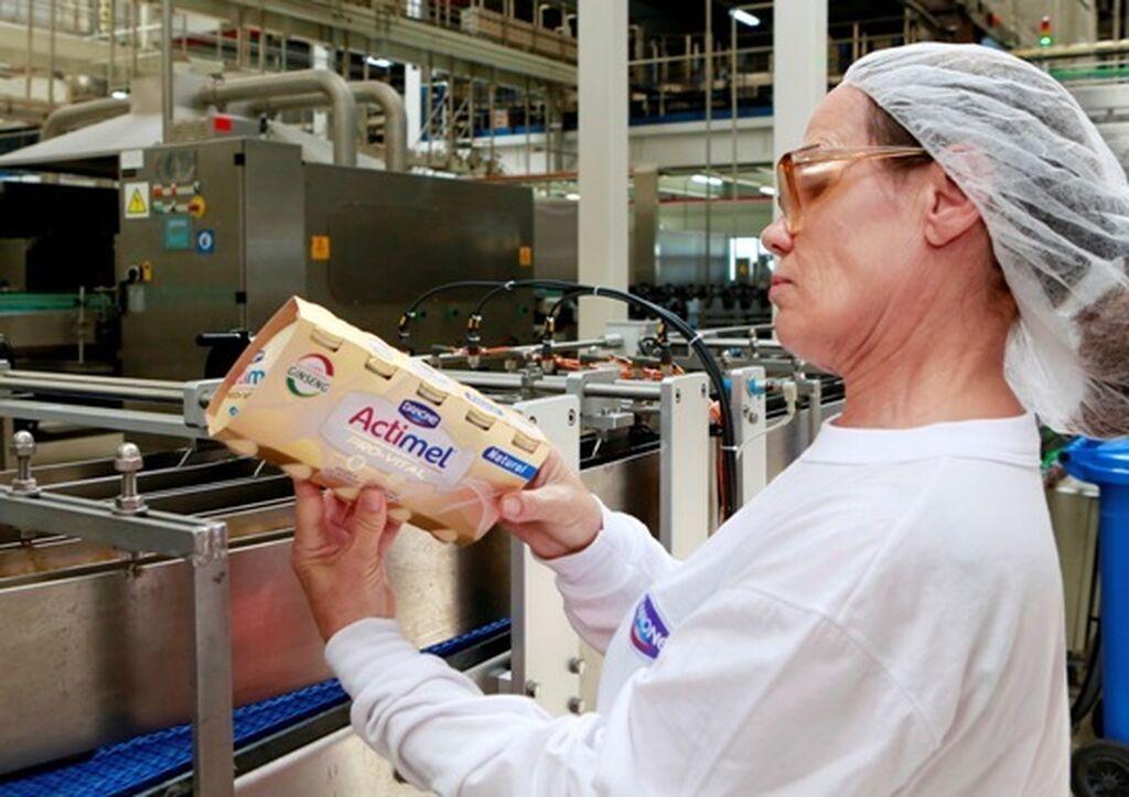 Trabajadora del grupo examinando el producto final