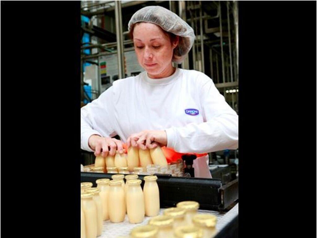 Trabajadora en la línea de producción de Actimel