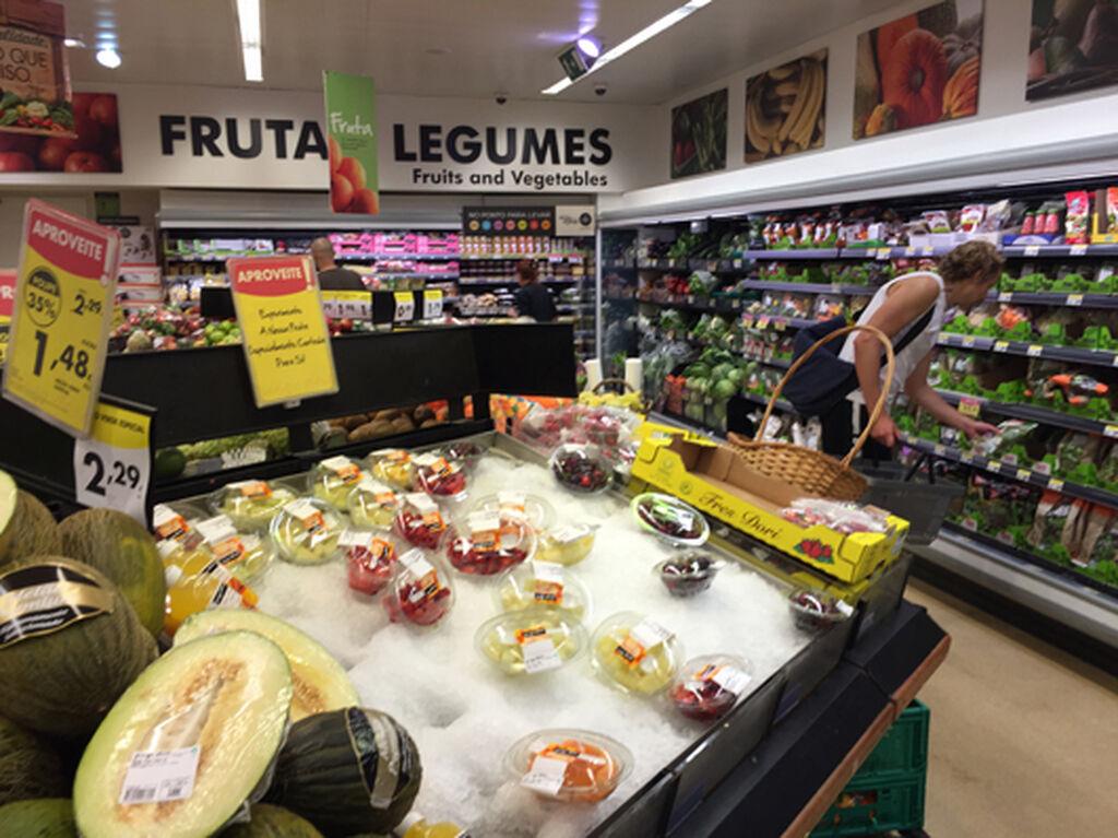 Frutas y verduras, bien expuestas en una tienda pequeña pero con buenos frescos