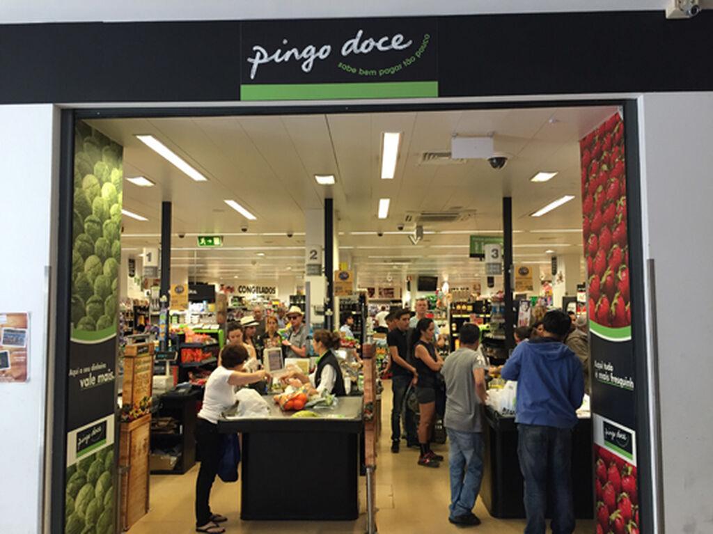 Una de las dos entradas gemelas de la tienda Pingo Doce en el centro comercial Chao_do_Loureiro, en el centro de Lisboa