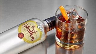 Ponche Caballero renueva su clásica botella plateada