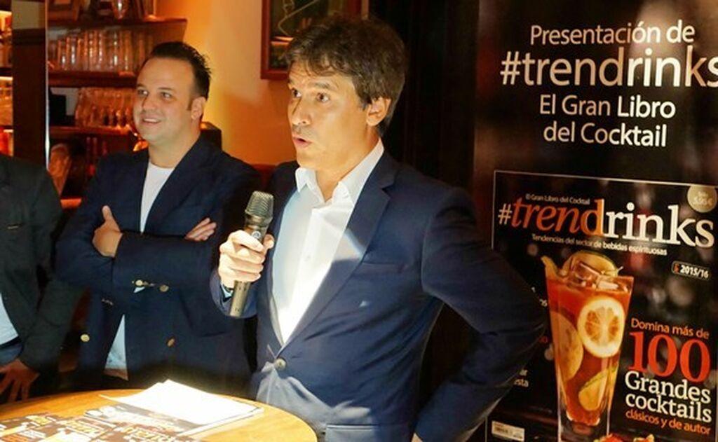 Carlos Azofra, editor de InfoCap, junto al bartender Ramón Parra, quien ha dirigido #Trendrinks, El Gran Libro del Cocktail