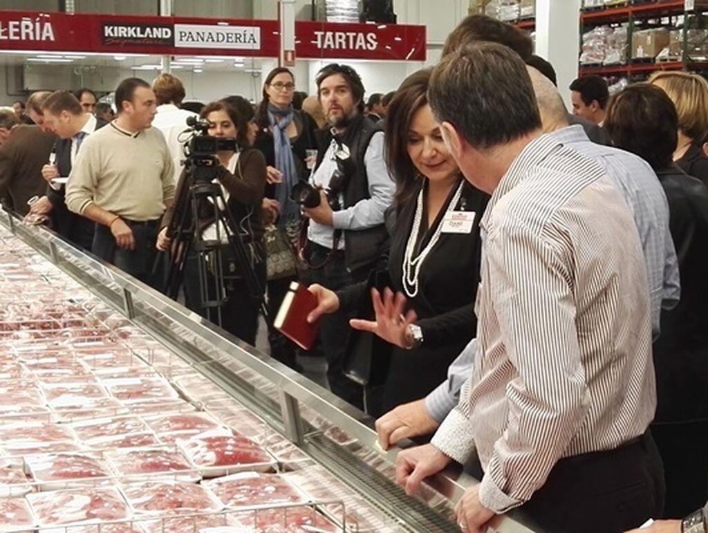 Craig Jelinek y Diane Tucci revisando la zona de carnicería