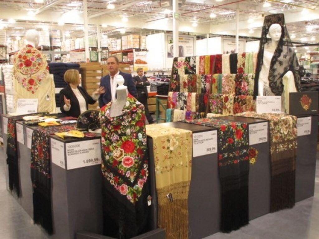 Productos típicos españoles: mantón grande de señora bordado a mano