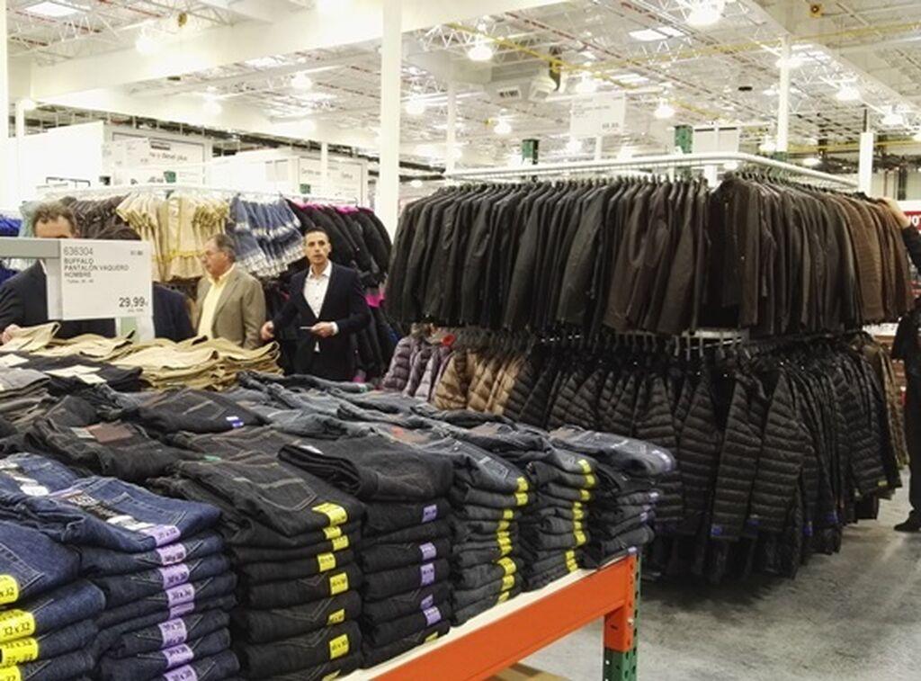 Zona de productos textiles: pantalones, chaquetas, etc.