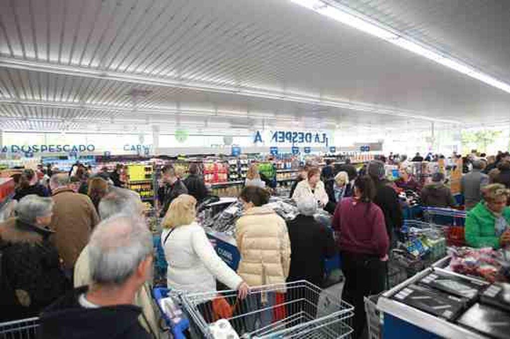 Colas para comprar durante el primer día de apertura