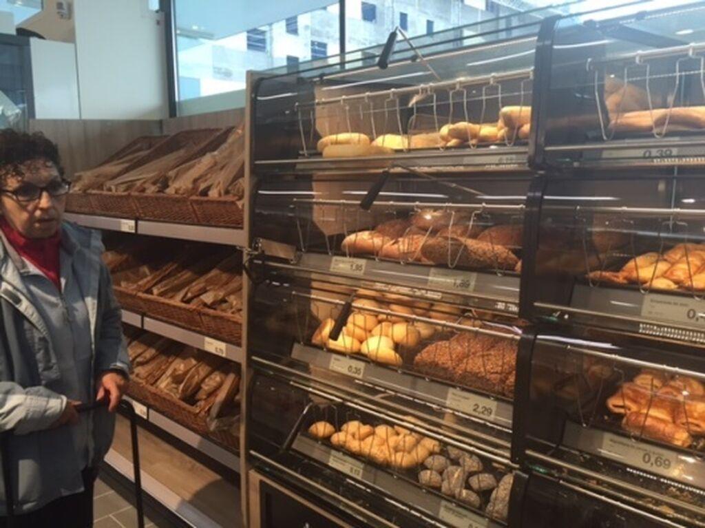 Zona de panadería y bollería de libre servicio