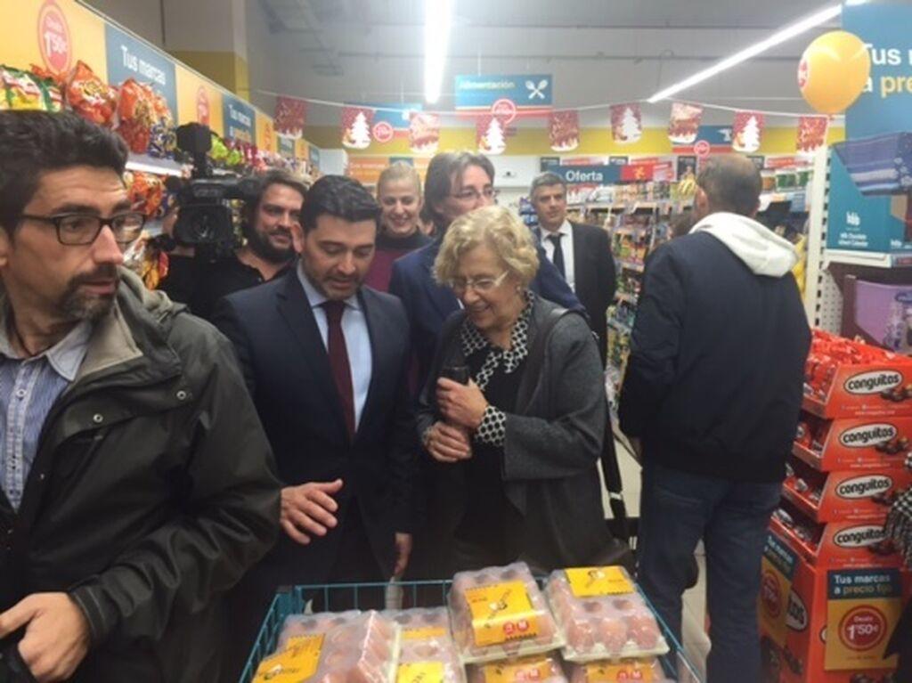 Álvaro Villamizar junto a Manuela Carmena, alcaldesa de Madrid, durante la inauguración