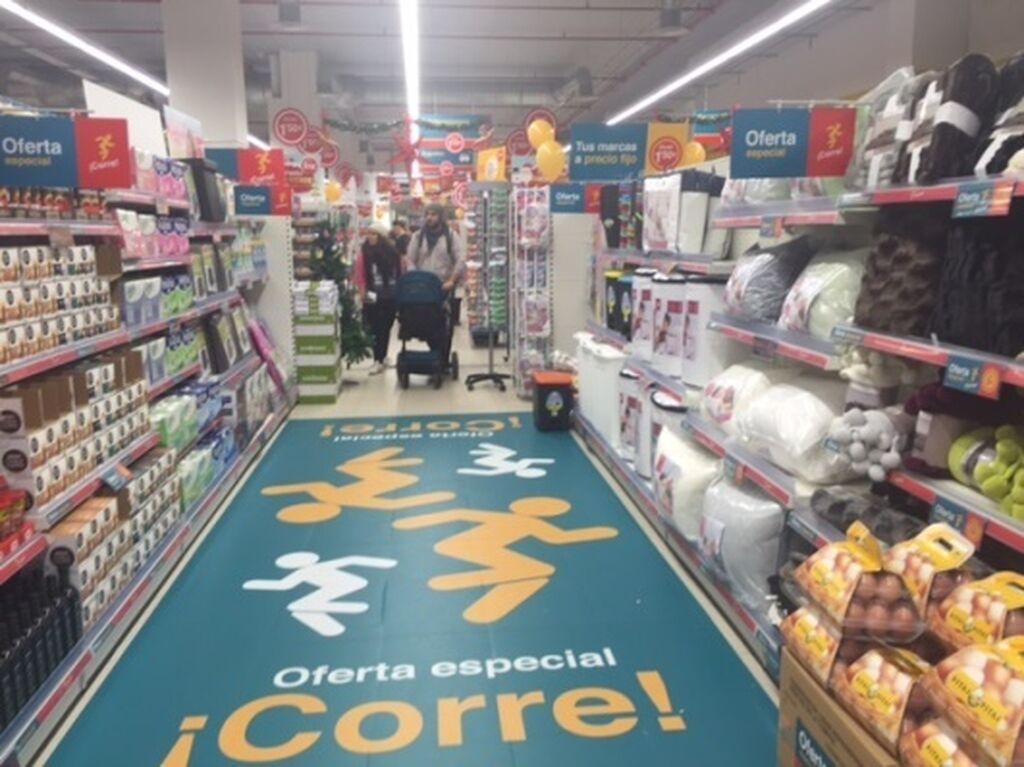 Cartelería de sus ofertas en uno de los pasillos de la tienda