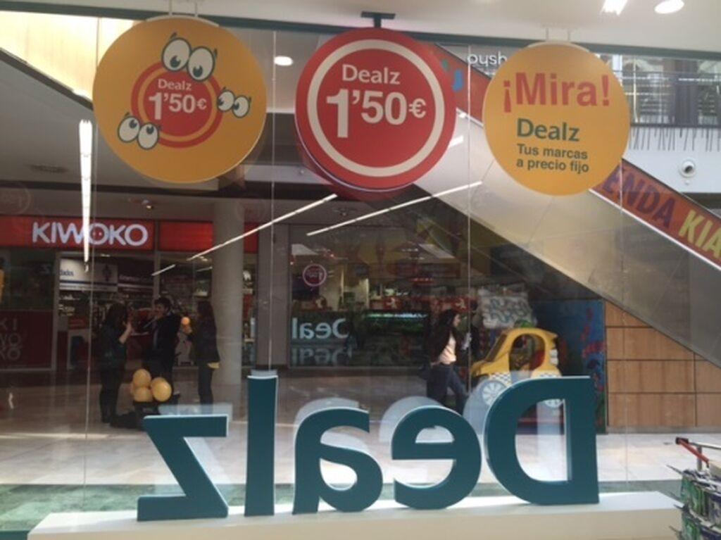 Cartelería de sus precios bajos en la fachada de la tienda