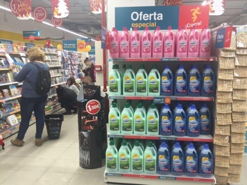 Cartelería por toda la tienda centrada en su oferta de precio único (1,5 €)